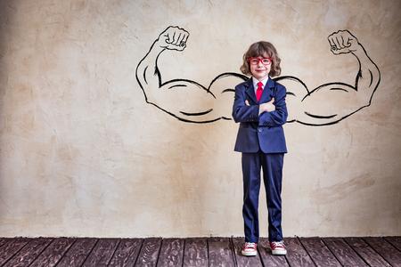 Portret młodego biznesmena w biurze. Sukces, oszczędny i innowacyjność koncepcji