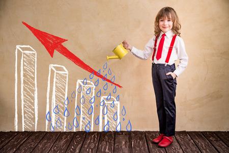 niños felices: Retrato de negocios del niño en el cargo. El éxito creciente concepto de negocio Foto de archivo