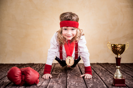 Retrato de negocios del niño en el cargo. Éxito, líder y ganador del niño