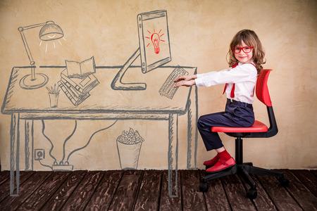 Portrait des Kindes Geschäftsmann im Büro. Erfolg, Kreativität und Innovation Business-Konzept