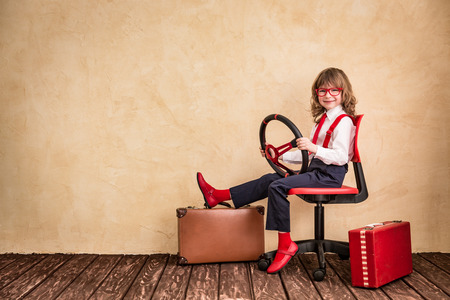 dream car: Retrato de negocios del niño en el cargo. viaje de negocios y viajes de verano