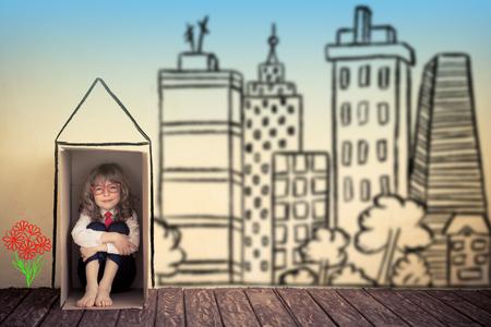 boite carton: Portrait d'homme d'affaires de l'enfant dans la boîte en carton. Pensez à l'extérieur du concept boîte business