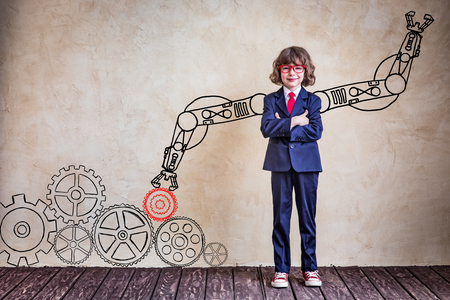 robot: Retrato de negocios del niño en el cargo. El éxito, concepto de negocio y la innovación creativa Foto de archivo