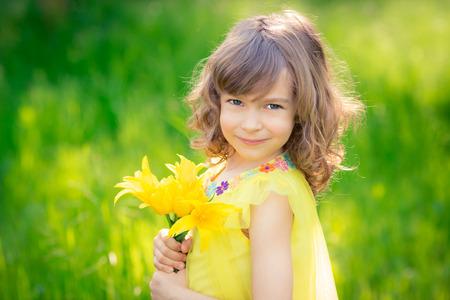 Niño feliz que juega al aire libre en el parque del resorte