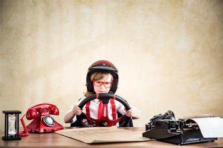dream car: Conductor de negocios del niño en el cargo. Éxito, creativo y poner en marcha una idea de negocio