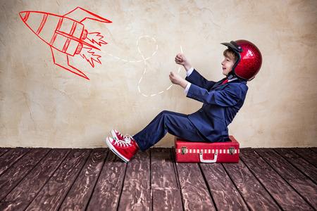 Portrait des Kindes Geschäftsmann mit Koffer. Start up Business-Konzept Standard-Bild