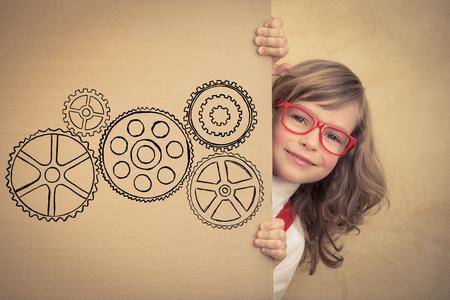 Feliz de negocios del niño que sostiene la bandera. El éxito, concepto de negocio y la innovación creativa Foto de archivo - 54487485