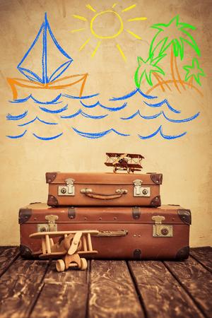 葡萄酒玩具飞机和手提箱。暑假和旅行概念
