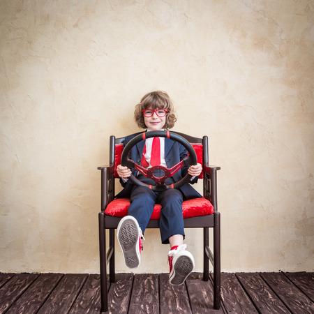 dream car: Conductor de negocios del niño. Poner en marcha una idea de negocio