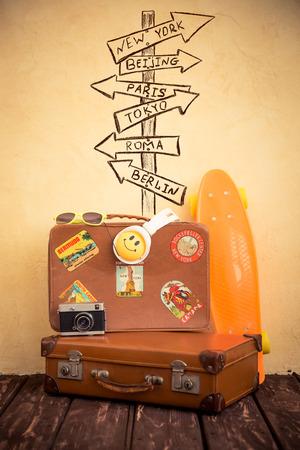 Vintage koffer en skateboard. Reizen en zomervakantie concept