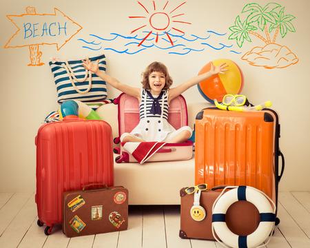 El niño feliz listo para unas vacaciones de verano. Cabrito que se divierten en el país