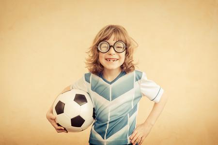 Kind vorgibt, ein Fußballspieler zu sein. Erfolg und Gewinner-Konzept