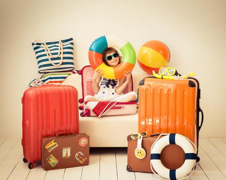 maletas de viaje: El niño feliz listo para unas vacaciones de verano. Cabrito que se divierten en el país