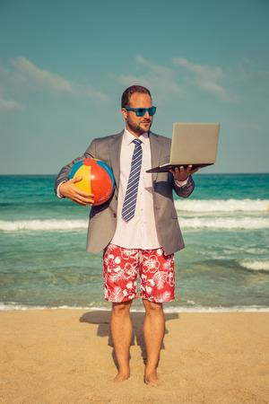 해변에서 재미 사업가의 초상화입니다. 바다로 재미 남자입니다. 여름 휴가 및 여행 개념 스톡 콘텐츠