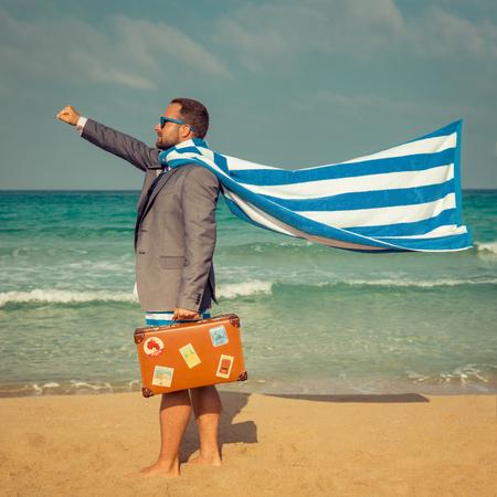 resor: Porträtt av rolig affärsman på stranden. Man ha roligt vid havet. Sommarlov och rese koncept
