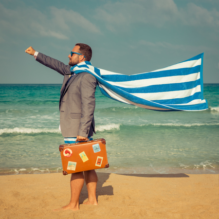 Portret Zabawna biznesmen na plaży. Człowiek zabawy nad morzem. Letnie wakacje i koncepcji podróży