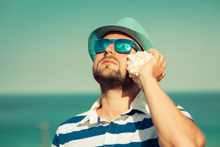 sun glasses: Man on the beach. Summer travel and vacation concept