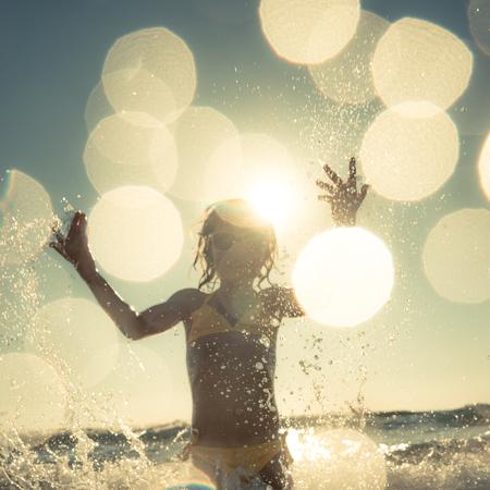 niños felices: silueta borrosa movimiento del niño. niño feliz que se divierte en el mar. Las vacaciones de verano y el concepto de estilo de vida saludable. imagen de tonos Foto de archivo