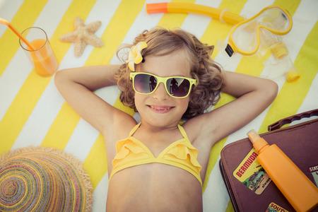 Glückliches Kind am Strand. Kid Spaß im Freien. Sommer-Ferien-Konzept. Draufsichtportrait Standard-Bild