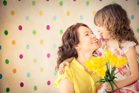 mujer hijos: Mujer y niño con el ramo de flores en casa. Familia del resorte concepto de vacaciones. Día de la Madre