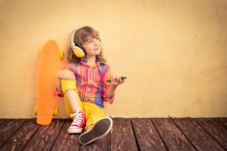niño en patines: niño inconformista con el patín. Las vacaciones de verano concepto Foto de archivo