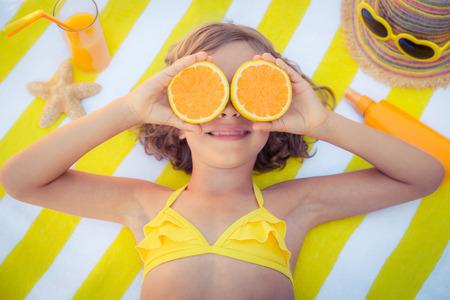 niña comiendo: Happy child on the beach. Kid having fun outdoors. Summer vacation concept. Top view portrait