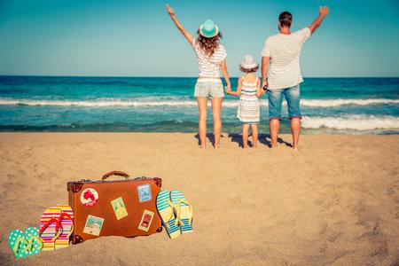 家庭: 幸福的家庭在海灘玩樂。暑假和旅遊概念