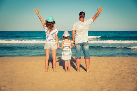 manos abiertas: familia feliz se divierten en la playa. vacaciones de verano y el concepto de viaje Foto de archivo
