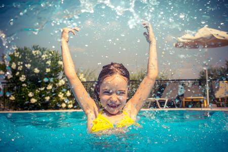 Kind dat pret in het zwembad. Kid buiten spelen. Zomervakantie en gezonde leefstijl concept