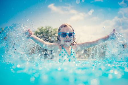 Bambino che si diverte in piscina. Bambino che gioca all'aperto. Vacanze estive e concetto di stile di vita sano