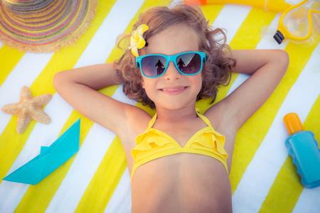 Gelukkig kind op het strand. Kid plezier buitenshuis. Zomervakantie concept. Bovenaanzicht portret