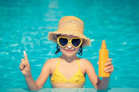 Funny portrait de l'enfant. Kid amuser dans la piscine en plein air. Les vacances d'été et le concept de mode de vie sain