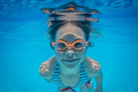 Kid amuser dans la piscine. portrait sous-marine de l'enfant. Vacances d'été