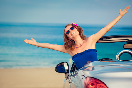 dream car: Mujer feliz viaje en coche hasta el mar. Muchacha que se divierte en cablet. concepto de vacaciones de verano Foto de archivo