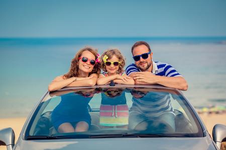 resor: Lycklig familj resa med bil till havet. Människor har roligt i KABELTÅG. Sommarlov koncept