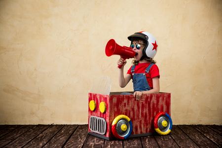 車を運転して子供は段ボール箱から成っています。子供の家で楽しい時を過します。旅行や夏の休暇の概念