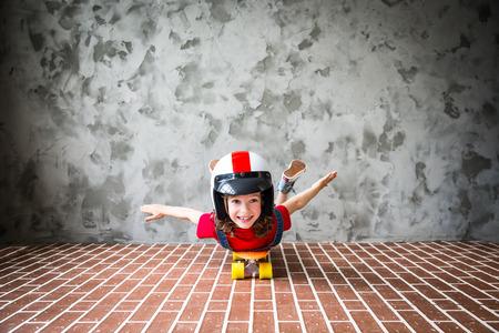 スケート ボードに乗っての子。子供の家で楽しい時を過します。旅行や休暇の概念 写真素材
