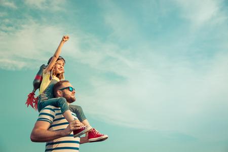 Cabrito con el jet pack pretende ser superhéroes. Niño que juega con el padre en verano. padre e hijo felices al aire libre. Éxito, líder y ganador concepto Foto de archivo