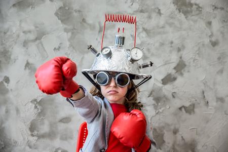 Retrato de niño pequeño pretende ser empresario. Niño con auriculares juguete de la realidad virtual en la oficina moderna desván. El éxito, el concepto creativo y la innovación tecnológica. Espacio en blanco para el texto Foto de archivo