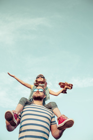 Cabrito con el jet pack pretende ser superhéroes. Niño que juega con el padre en verano. padre e hijo felices al aire libre. Éxito, líder y ganador concepto Foto de archivo - 61314056