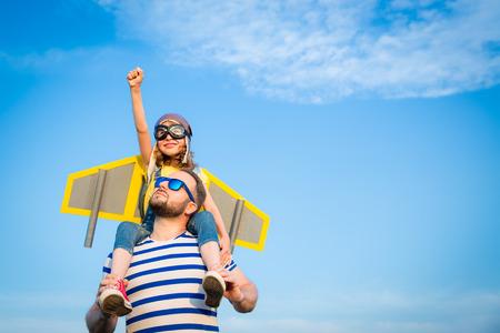 Cabrito con el jet pack pretende ser superhéroes. Niño que juega con el padre en verano. padre e hijo felices al aire libre. Éxito, líder y ganador concepto Foto de archivo - 61314061