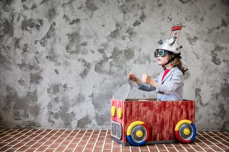Portrait des jungen Kindes vorzutäuschen Geschäftsmann zu sein. Kind mit Spielzeug Virtual-Reality-Headset im modernen Loft-Büro. Erfolg, Kreativität und Innovation Technologie-Konzept. Kopieren Sie Platz für Ihren Text