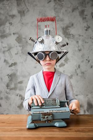 어린 아이가 사업가 될 pretent의 초상화입니다. 현대 다락방 사무실에서 장난감 가상 현실 헤드셋을 가진 아이. 성공, 창조와 혁신 기술 개념입니다. 텍