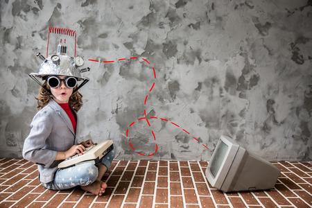 実業家に若い子 pretent の肖像画。モダンなロフト オフィス グッズ バーチャルリアリティ ヘッドセットとの子供します。成功、創造と革新の技術コ