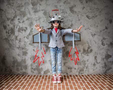 Portrait des jungen Kindes Vorzelt zu sein Unternehmer. Kind mit Spielzeug Virtual-Reality-Headset im modernen Loft-Büro. Erfolg, Kreativität und Innovation Technologie-Konzept. Kopieren Sie Platz für Ihren Text