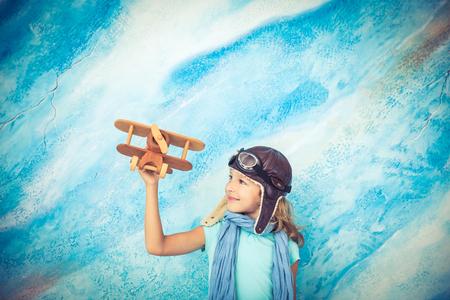himmel hintergrund: Kinder Pilot. Kid zu Hause spielen. Freiheit und Reise-Konzept. Traum und Phantasie