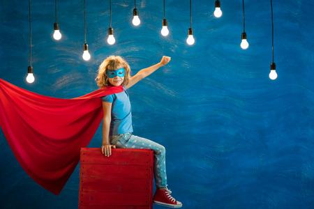 niño de superhéroes. superhéroe niño. Libertad, ganador y el concepto de éxito. Sueño y la imaginación Foto de archivo
