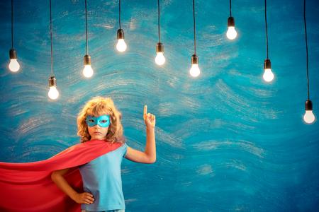 슈퍼 히어로 아이. 아이 슈퍼 영웅. 자유, 승자와 성공 개념. 꿈과 상상력