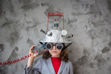 장난감 가상 현실 헤드셋 아이. 아이는 집에서 놀고. 상상력, 창조적 혁신 기술 개념