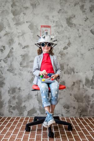 imaginacion: Niño con el juguete casco de realidad virtual. Niño que juega en casa. La imaginación, la tecnología concepto creativo y la innovación